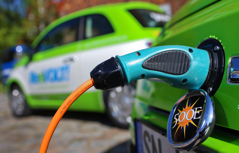 Elektroauto beim Stromtanken: Mit dem Förderprogramm will Gabriel auch das Netz der öffentlichen Ladestationen ausbauen.