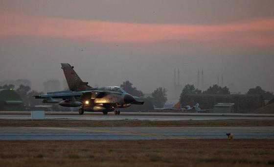 Bundeswehr-Tornado beim Start auf dem türkischen Nato-Stützpunkt Incirlik: Nachts können die Tornados keine Aufklärungsflüge unternehmen, weil die Piloten zu stark von der Cockpit-Beleuchtung geblendet werden.