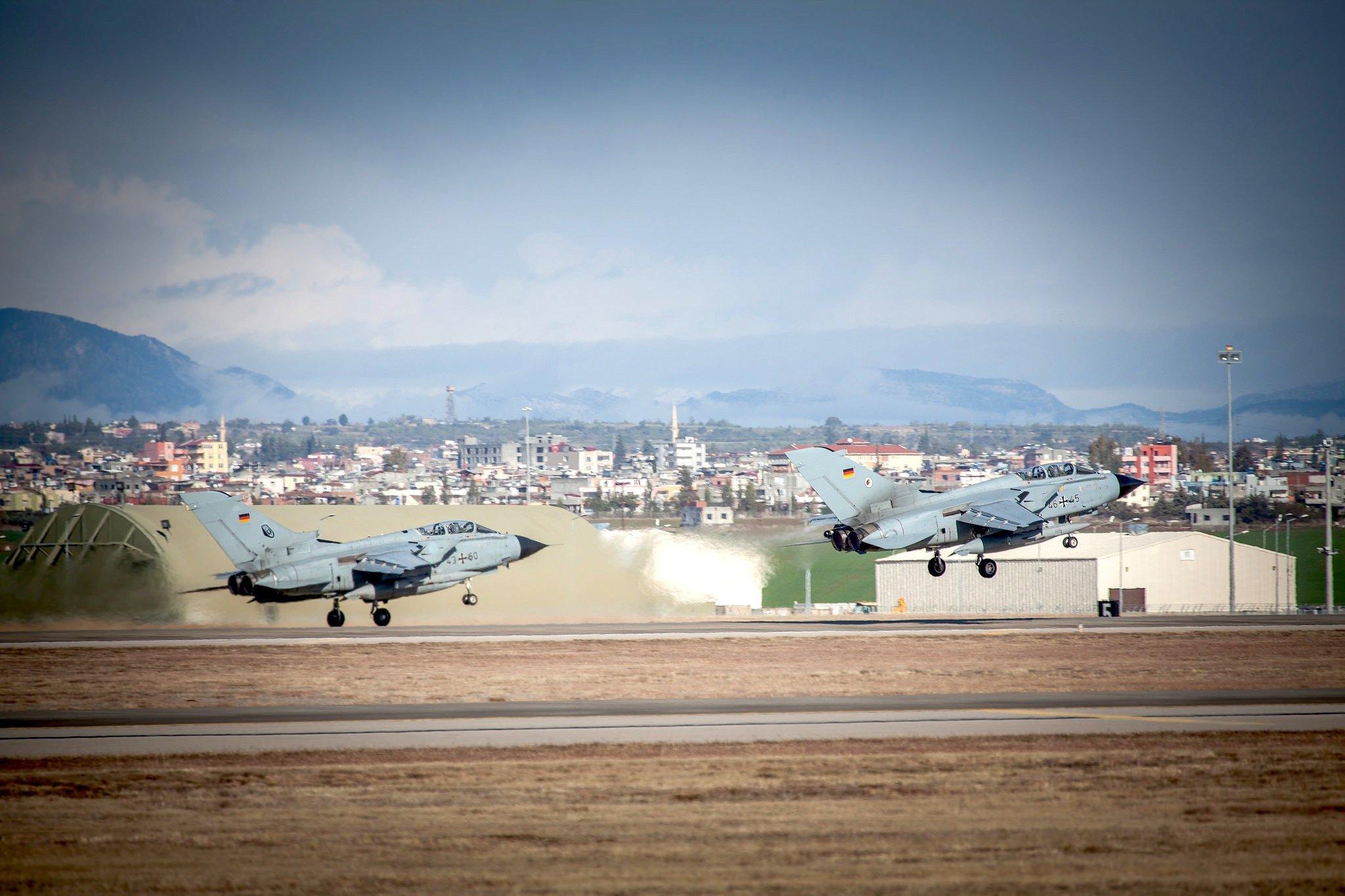 Start von zwei Bundeswehr-Tornados in Incirlik: Die Aufklärungsflugzeuge kundschaften derzeit die Lage im Gebiet der Terrorgruppe Islamischer Staat in Syrien aus.