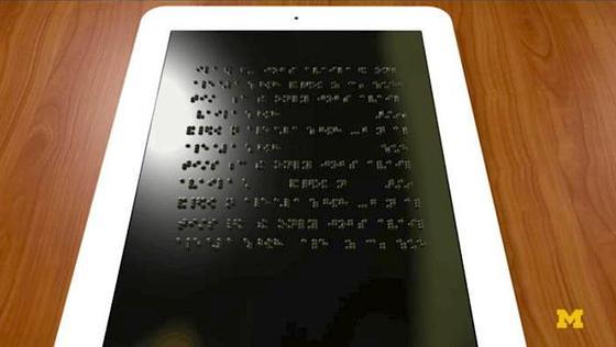 Das neue Display zur Darstellung von Blindenschrift basiert auf einem pneumatischen System. Es gibt zahlreiche Punkte auf dem Display, die mit einer Flüssigkeit nach oben gedrückt werden können.