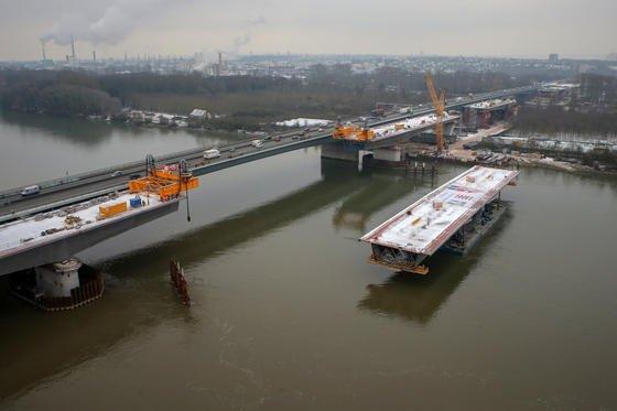 120 m lang und 2000 t schwer ist das Bauteil, das am 19. Januar 2016 von einem Pontonboot auf dem Rhein zwischen Wiesbaden und Mainz zur Schiersteiner Brücke gebracht gebracht und dort einfügt wurde.