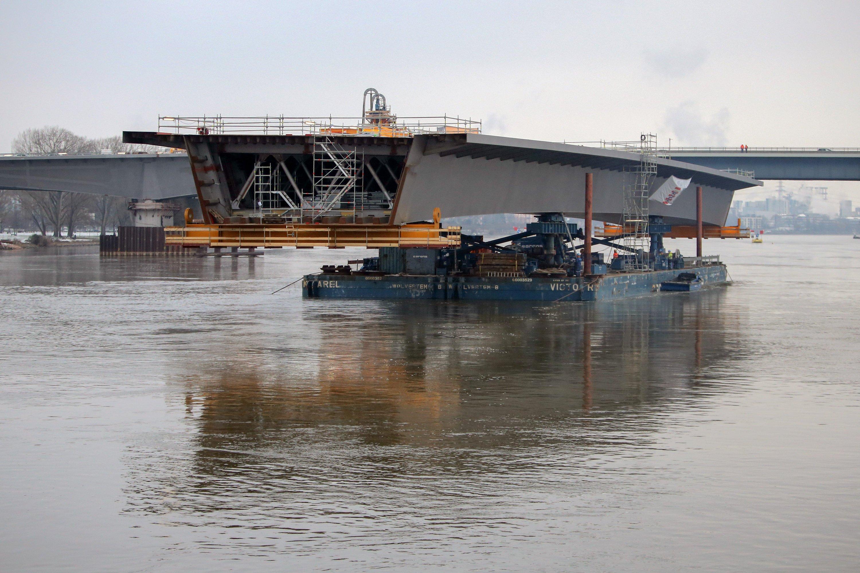 Länger als ein Fußballfeld ist das neue Verbindungsstück für die Schiersteiner Brücke.