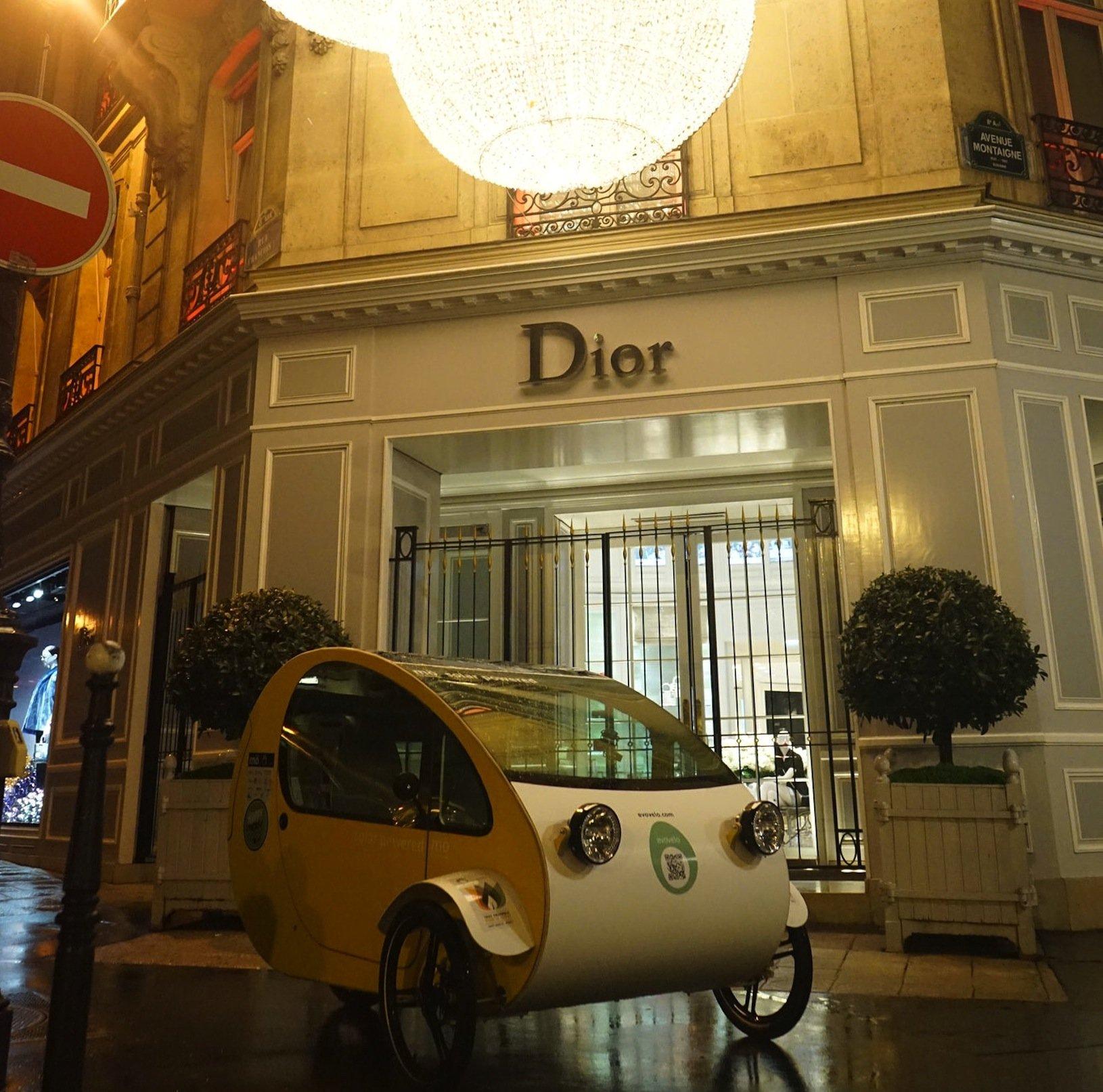 Warum sollte man mit einem Dreirad nicht auch bei Dior vorfahren?