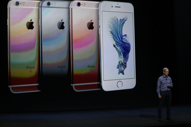 Apple-Chef Tim Cook bei der Präsentation des iPhone 6: Eine Reaktion auf Donald Trumps Idee, nicht mehr in China zu produzieren, blieb bislang aus. Lohnt sich eh nicht.