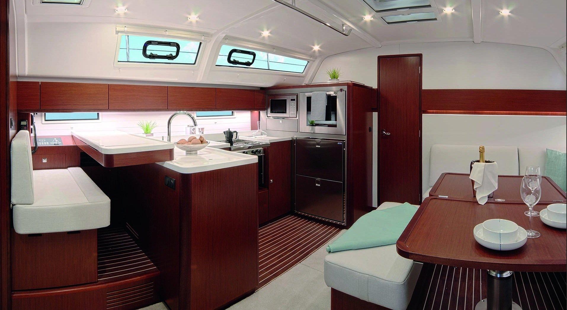 So groß ist nicht mal jede Küche in einer Studentenbude: Küche in der SegelyachtCruiser 51 Style von Bavaria.