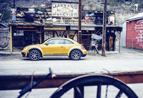 Ein VW Beetle Dune an einem verlassenen Store in den USA: Amerikanische VW-Kunden, die vom Dieselskandal betroffen sind, bekommen 1000 $ Entschädigung.