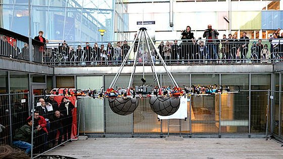 Der Megakopter schwebt mit einer Last von 61 kg länger als 30 Sekunden über dem Boden: Für diese Leistung kommt er ins Guinness-Buch der Rekorde.