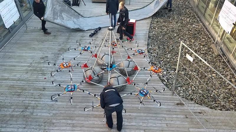 Die Studenten bauen den Megakopter zusammen.