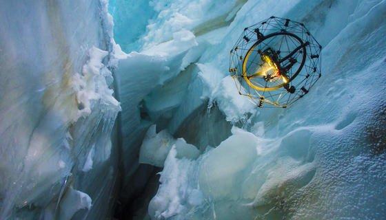 Gimball: Die Drohne, die bei einer Kollision dank eines Drahtkäfigs einfach unbeschadet abprallt, hat erstmals eine Gletscherspalte erkundet – und atemberaubende Bilder geliefert.