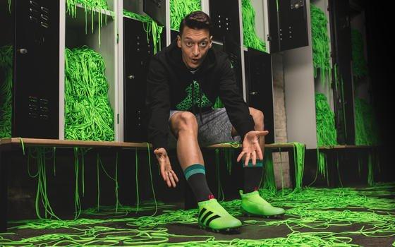 Freut sich schon auf sein erstes Spiel mit Schuhen ohne Schnürsenkel: Fußballprofi Mesut Özil.