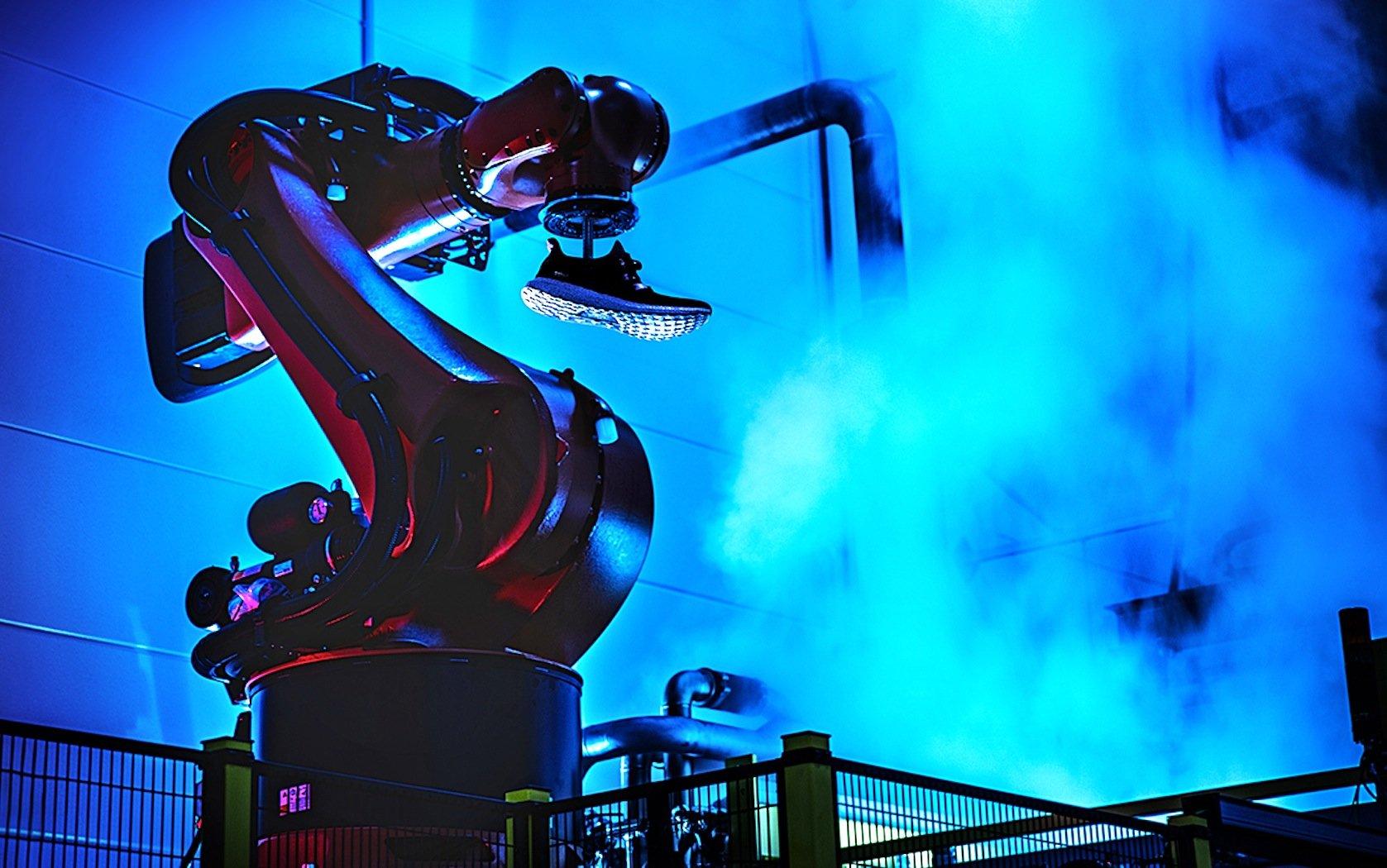 Produktionsroboter für Schuhe von Adidas: 2016 beginnt Adidas mit der Produktion von Turnschuhen in einer Roboter-Fabrik in Ansbach.
