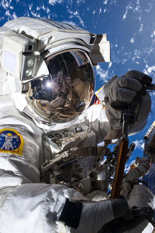 US-Astronaut Tim Kopra bei seinem Ausseneinsatz. Wegen eines Wassertropfens im Helm musste er vorzeitig in die Raumstation zurückkehren.