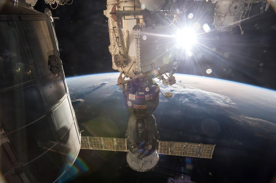 An ISS angedockte Sojus-Kapsel: Bereits mehrfach musste die ISS-Besatzung hierin Zuflucht suchen. Insgesamt viermal, weil Weltraumschrott auf Kollisionskurs auf die ISS zuraste.