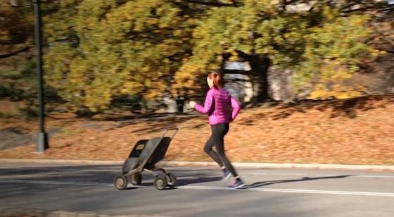 Darauf haben sportliche Eltern gewartet: Mit dem autonom fahrenden Kinderwagen Smartbe lässt es sich prima joggen. Bewegungssensoren sorgen dafür, dass der gewünschte Abstand stets eingehalten wird.
