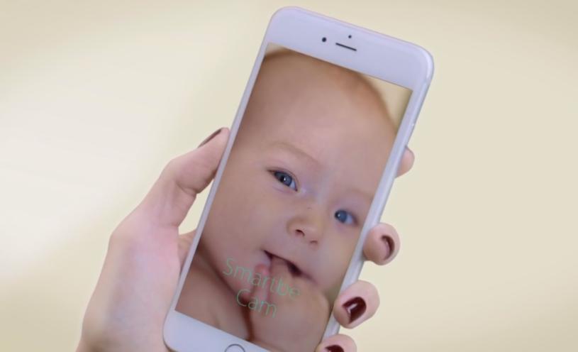 Über eine Webcam am Smartbe kann das Baby vom Smartphone aus überwacht werden.
