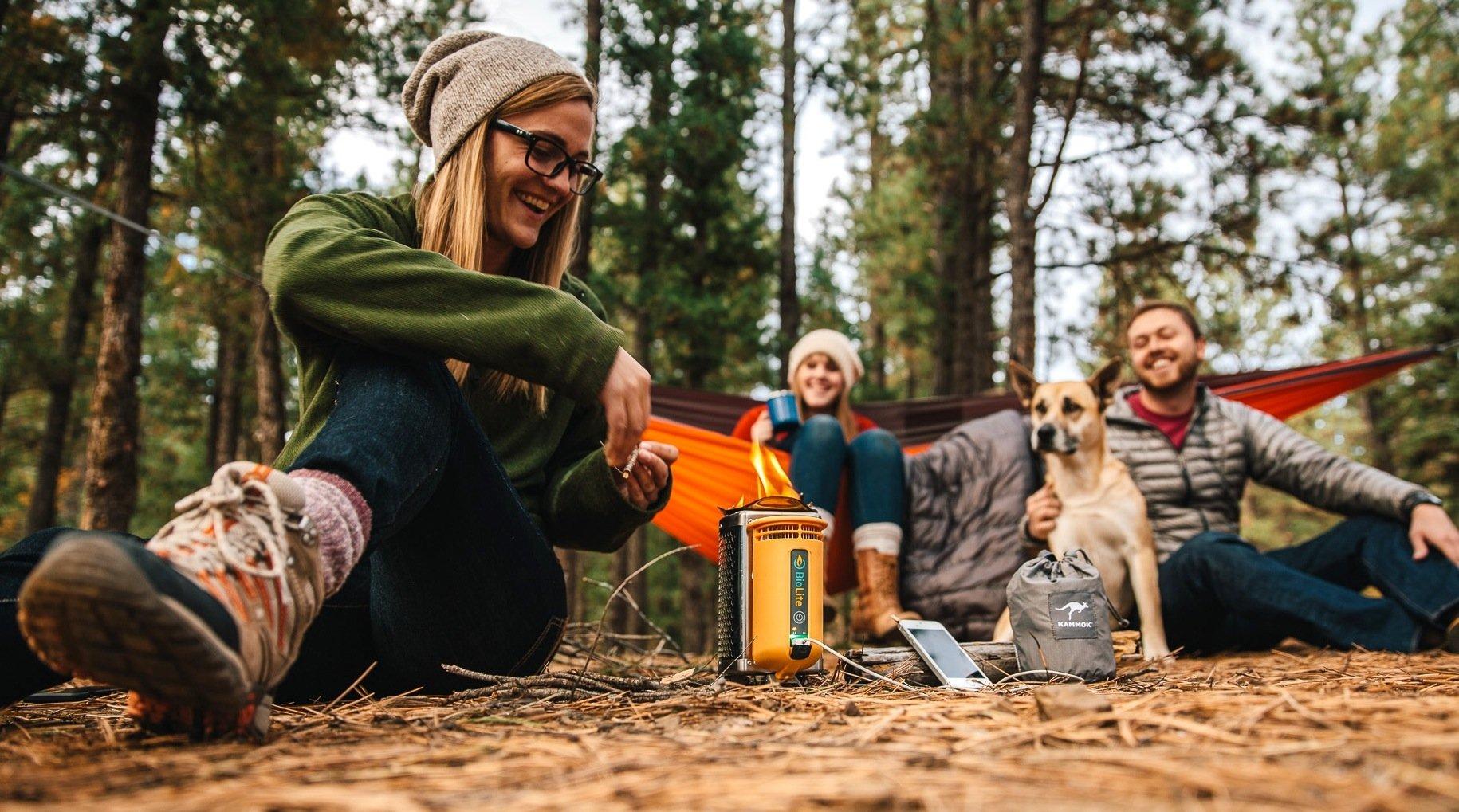 Der Campingkocher Biolite Stove kann nicht nur kochen und grillen, sondern erzeugt auch noch Strom für Lampe und Smartphone.