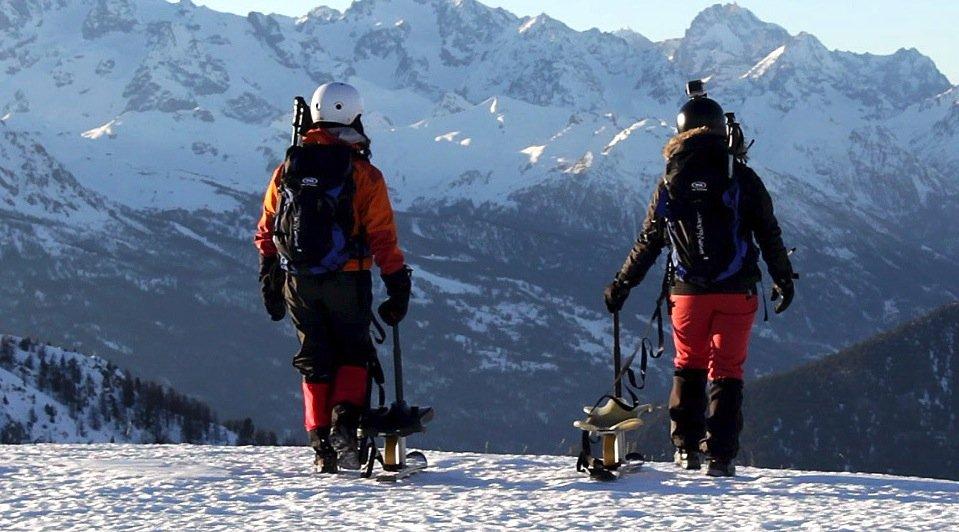 Die Snooc-Ski kann man mit normalen Wanderschuhen unterschnallen und den Berg hinauf wandern. Am Gipfel angekommen, kann man die Ski zum Bob umbauen und ins Tal fahren.