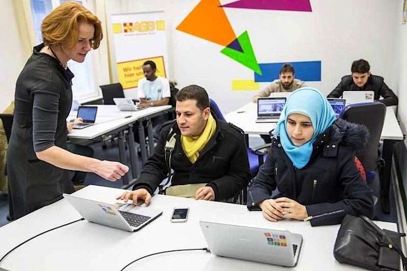 Die gespendeten Chromebooks mit Online-Zugang unterstützen Flüchtlinge bei ihrer Aus- und Weiterbildung und Integration in Deutschland.