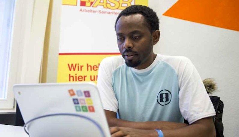 Die Chromebooks, zusammen mit der Interverbindung, sind für Flüchtlinge oft die einzige Möglichkeit, den Kontakt zu ihren Familien zu halten.