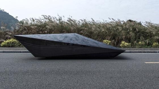 Das ist ein Auto: Angeblich handelt es sich um die stark reduzierte Form einesLamborghini Countach. Entwickelt hat das Auto das für extravagante Schuhe bekannte Label United Nude.