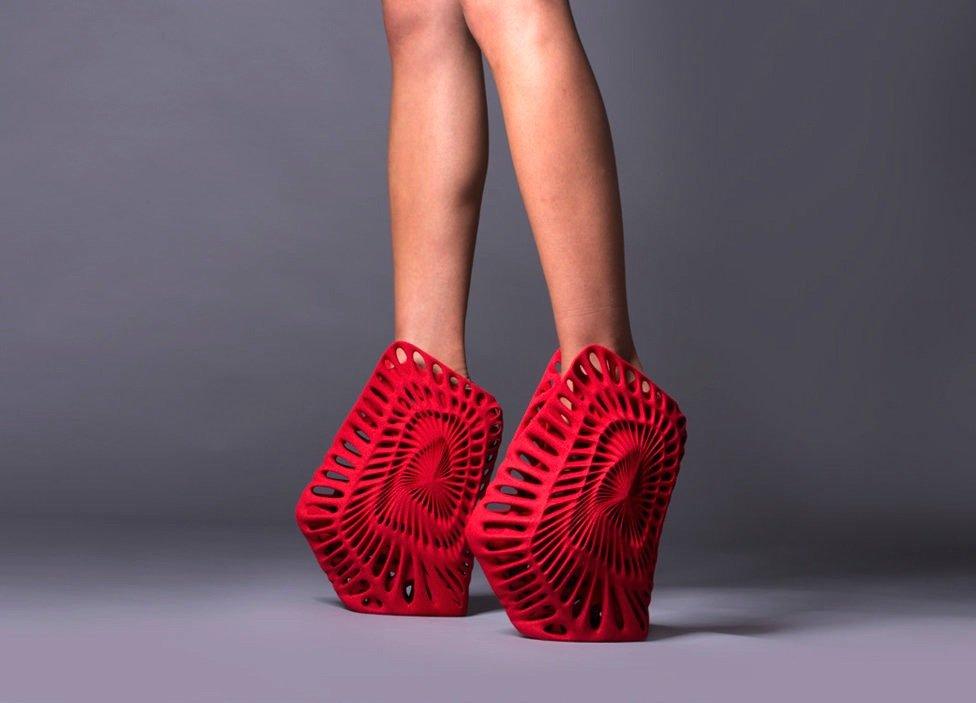 Der Schuh Ammonite des Designers Fernando Romero erinnert nicht nur an versteinerte Ammoniten, sondern an ein Einkaufsnetz.