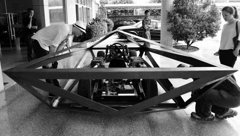 Ein Computerprogramm, mit dem sonst Schuhe entworfen werden, hat die Form eines Lamborghini Countach stark reduziert. Jetzt besteht die Konstruktion aus lauter Dreiecken.