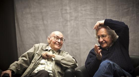 Marvin Minsky (l.) 2011 im Gespräch mit dem Sprachwissenschaftler Noam Chomsky am Massachusets Institute of Technology: Minsky gehörte zu den ersten Forschern, die sich mit künstlichen neuronalen Netzen beschäftigten. DerAltvater der künstlichen Intelligenz starb am Sonntag im Alter von 88 Jahren.