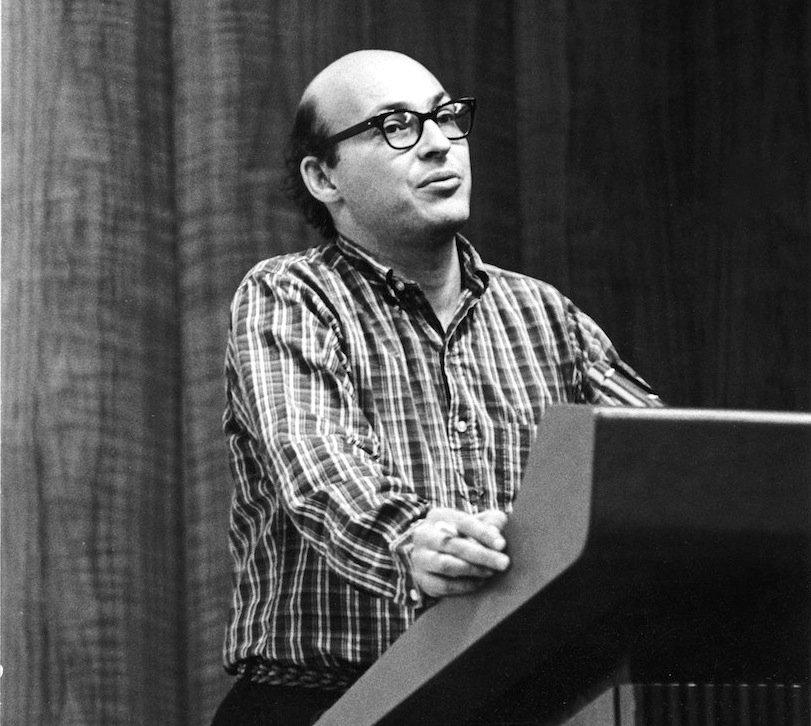 Marvin Minsky im Jahr 1968 bei einem Vortrag in Detroit:1963 baute Minsky eine erste frühe VR-Brille.