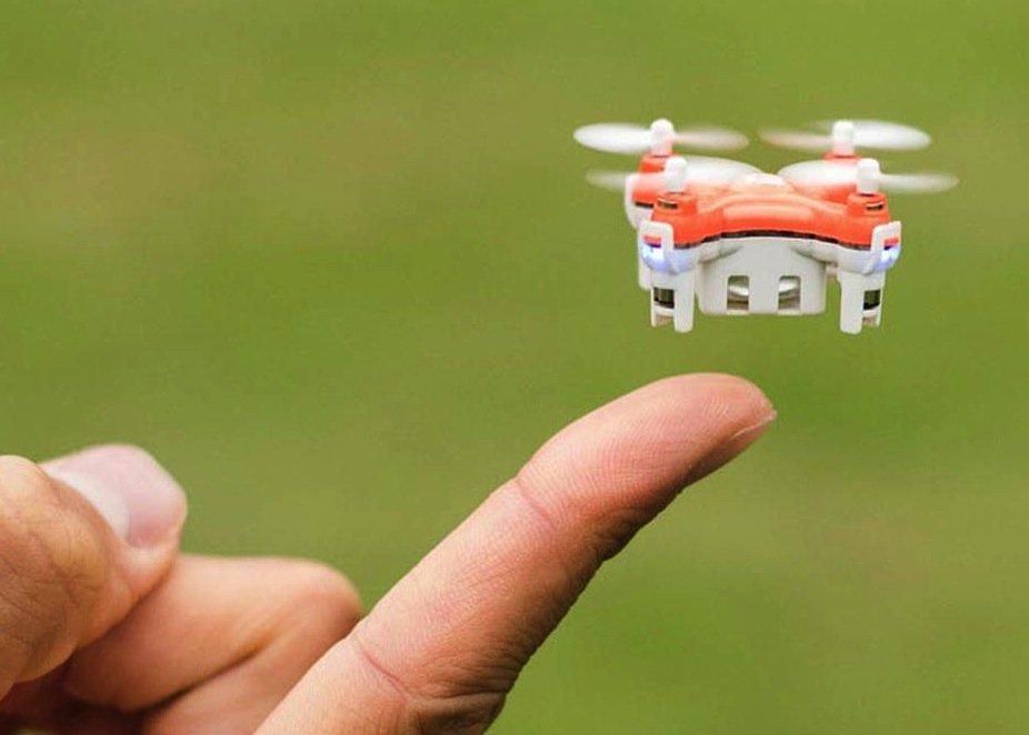 Kaum größer als ein Fingernagel ist mit 22x22 mm die wohl kleinste Drohne der Welt Skeye Pico Drone.