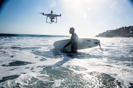 Die Lufthansa arbeitet künftig mit dem chinesischen Drohnenhersteller DJI zusammen. Beide Unternehmen wollen Profi-Drohnen mit hoch auflösenden Kameras anbieten, die beispielsweise technische Anlagen wie Windräder überwachen sollen.