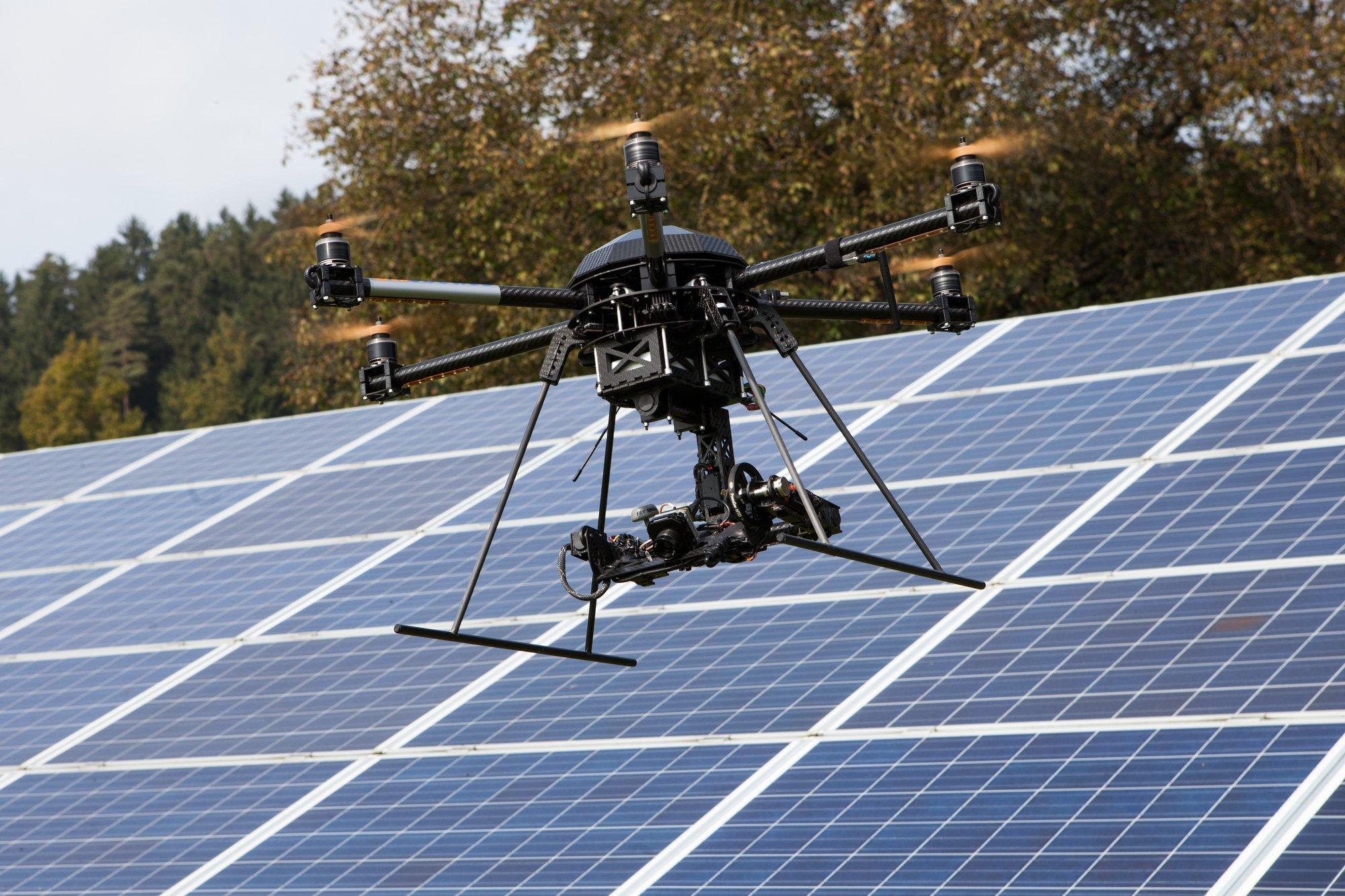 Drohne vonAirborne Robotics zur Überwachung von Solaranlagen: Diese Drohnen sind auch mit Infrarotkameras ausgestattet, die den Zustand einzelne Panele erfassen können.