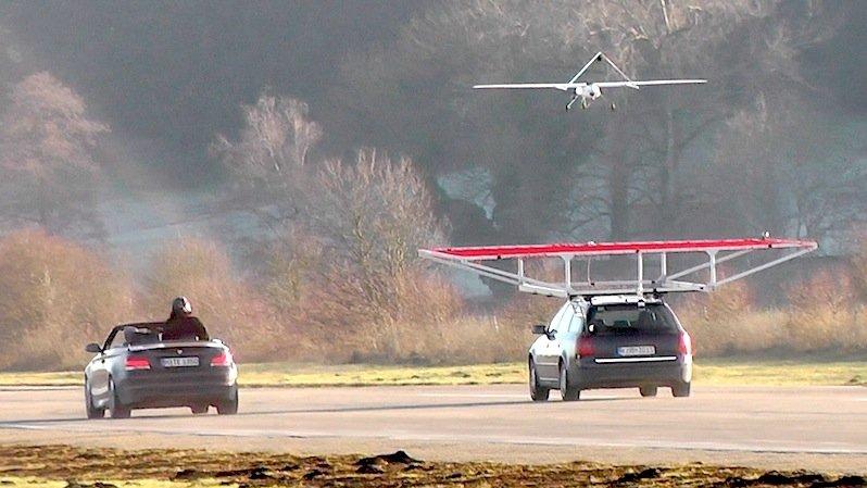DLR-Versuch: Der unbemannte elektrisch betriebene Flieger muss es schaffen, auf der mobilen Plattform des fahrenden Autos zu landen.