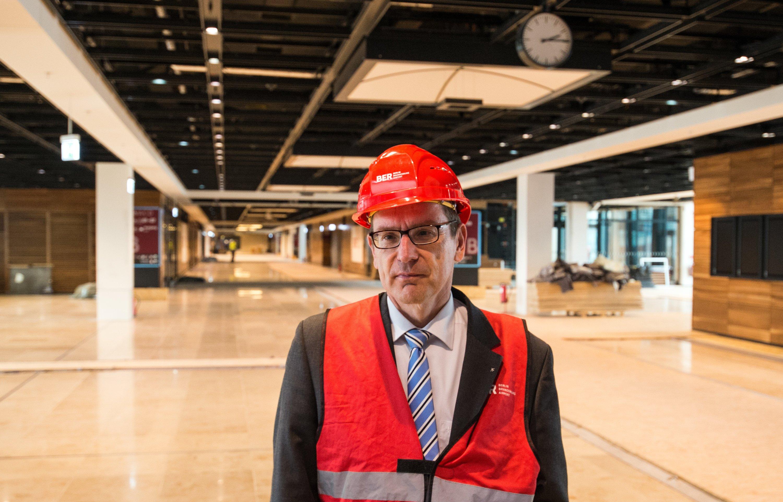 Flughafenchef Karsten Mühlenfeld im Terminalgebäude des Hauptstadflughafens Berlin-Brandenburg: Der BER-Chef ist zunehmend sauer, dass vor allem die Flughafengesellschaft für die Zeitverzögerungen verantwortlich gemacht wird. Den Unternehmen wirft Mühlenfeld zu wenig Teamarbeit vor.