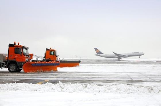 Wintereinbruch am Frankfurter Flughafen: Derzeit müssen die Start- und Landebahnen sowie die Verkehrswege noch mit Maschinen und teilweise per Hand von Eis und Schnee befreit werden. Ein amerikanischer Ingenieur hat nun einen leitfähigen Beton entwickelt, der sich aufwärmt.