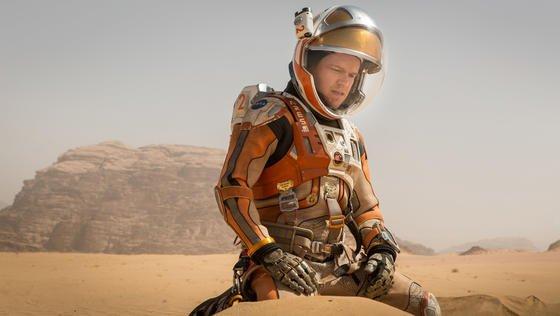 """Filmszene: Matt Damon als Mark Watney im Kinofilm """"Der Marsianer"""". Bis ein Mensch wirklich den Mars betreten wird, werden wohl noch einige Jahre vergehen. Aber der Forschungsroboter Curiosity der Nasa treibt sich schon seit 2012 auf dem Roten Planeten herum. Würzburger Informatiker arbeiten aktuell an einer Software, über die Funkbojen einmal auf dem Mars kommunizieren sollen. So soll ein Ortungssystem aufgebaut werden, dass ähnlich GPS Daten liefern kann, um Routen zu planen."""