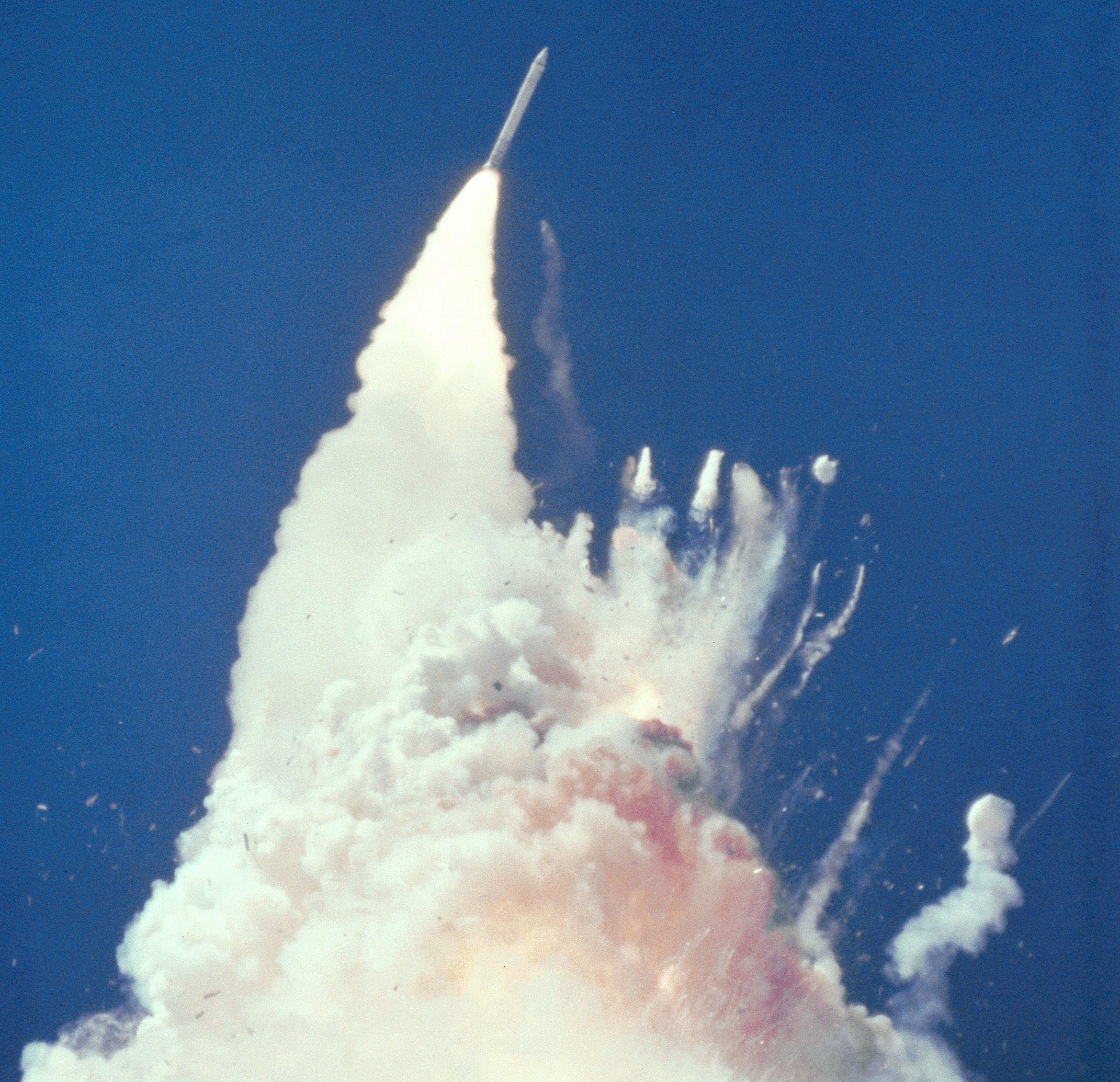 76 Sekunden nach dem Start: Während die Challengerschon explodiert ist und Teile auf dem Bild zu sehen sind, ist die Festträgerraketelinks im Bild noch unversehrt.