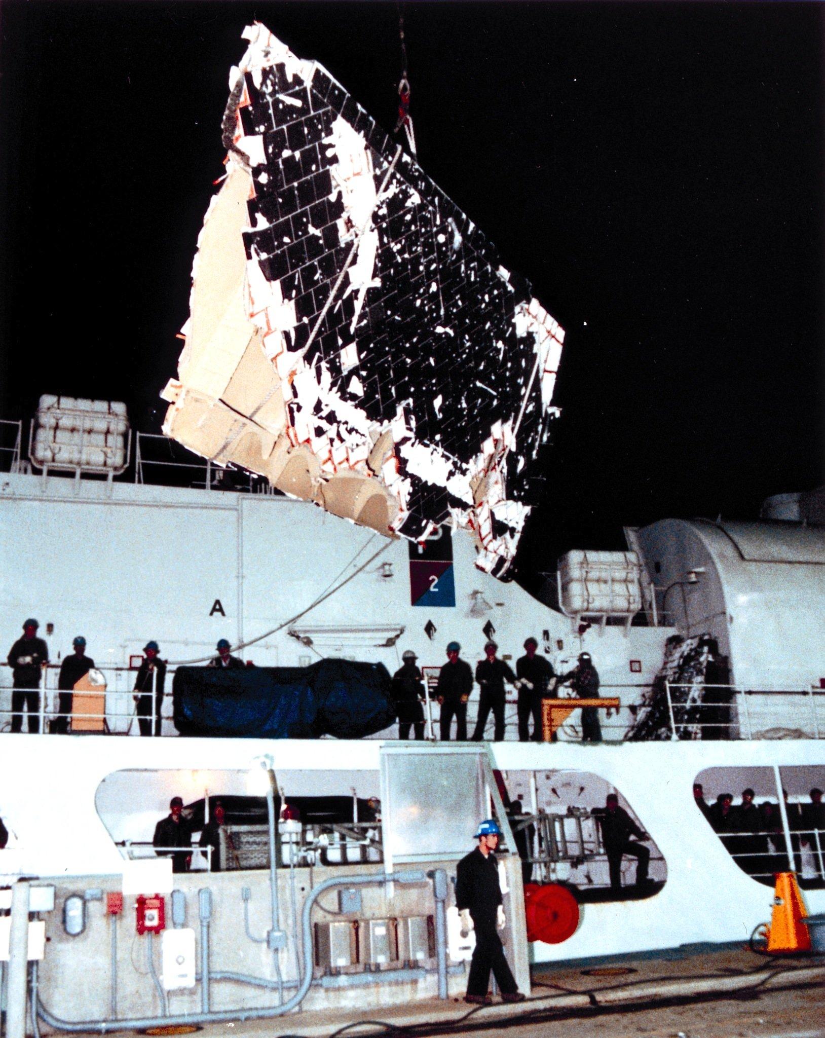 Die US Navy half 1986, Wrackteile der Challengeraus dem Atlantik zu bergen.