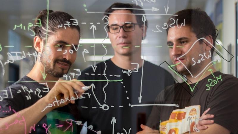 Marco Furchi, Thomas Müller und Andreas Pospischil (v.l.n.r.): Die Forscher der TU Wien entwickeln die Solarzelle, die aus nur wenigen Atomlagen besteht.