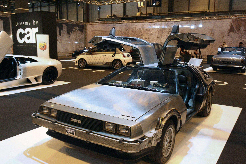 Da war er noch einmal zu sehen: 2012 stand der DMC-12 auf der Internationalen Auto Show in Madrid. Nur zwei Jahre lang – von 1981 bis 1983 – baute die DeLorean Motor Company den Sportwagen. Jetzt soll es in limitierter Auflage eine Replik geben.
