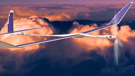 Die solarbetriebenen Fluggeräte des Unternehmens Titan Aerospace, das Google im April 2014 gekauft hat, werden derzeit als mobile Sendestationen auf dem Privatflugplatz von Virgin Galactic gestest.