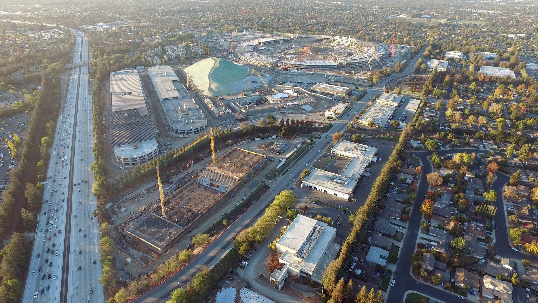 Die mit einerDrohne aufgenommene Luftbildaufnahme zeigt die Baustelle des neuenApple Campus 2 inCupertino am 19.11.2015: Der Komplex verfügt über 10.000 Parkplätze und liegt direkt an der Autobahn.
