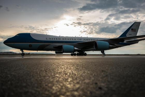 Die Präsidentenmaschine Air Force One – hier im April 2015 auf einer Air Base in Kentucky – ist in die Jahre gekommen. Die aus 1990er Jahren stammende Maschine soll jetzt zwei Nachfolger bekommen, die rund 1,6 Milliarden $ kosten sollen und noch mehr Hightech bieten werden.