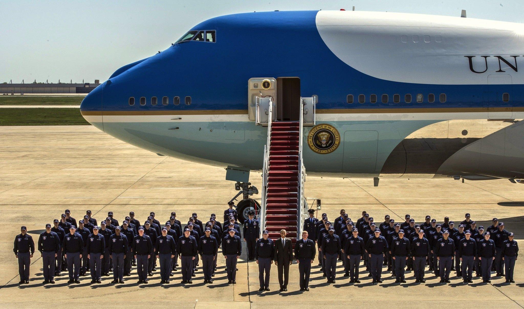 Präsident Barack Obama mit dem Logistikteam der Präsidentenmaschine Air Force am 8. Mai 2015: Boeing soll zwei neue Präsidentenmaschinen bauen.