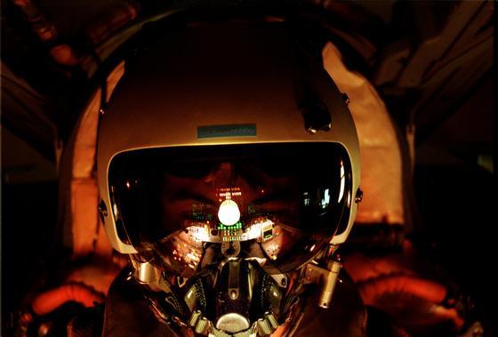 Die rote Cockpitbeleuchtung in einem Tornado spiegelt sich im Visier des Helms des Piloten: Die Cockpitbeleuchtung wurde jetzt von rot auf grün umgestellt.