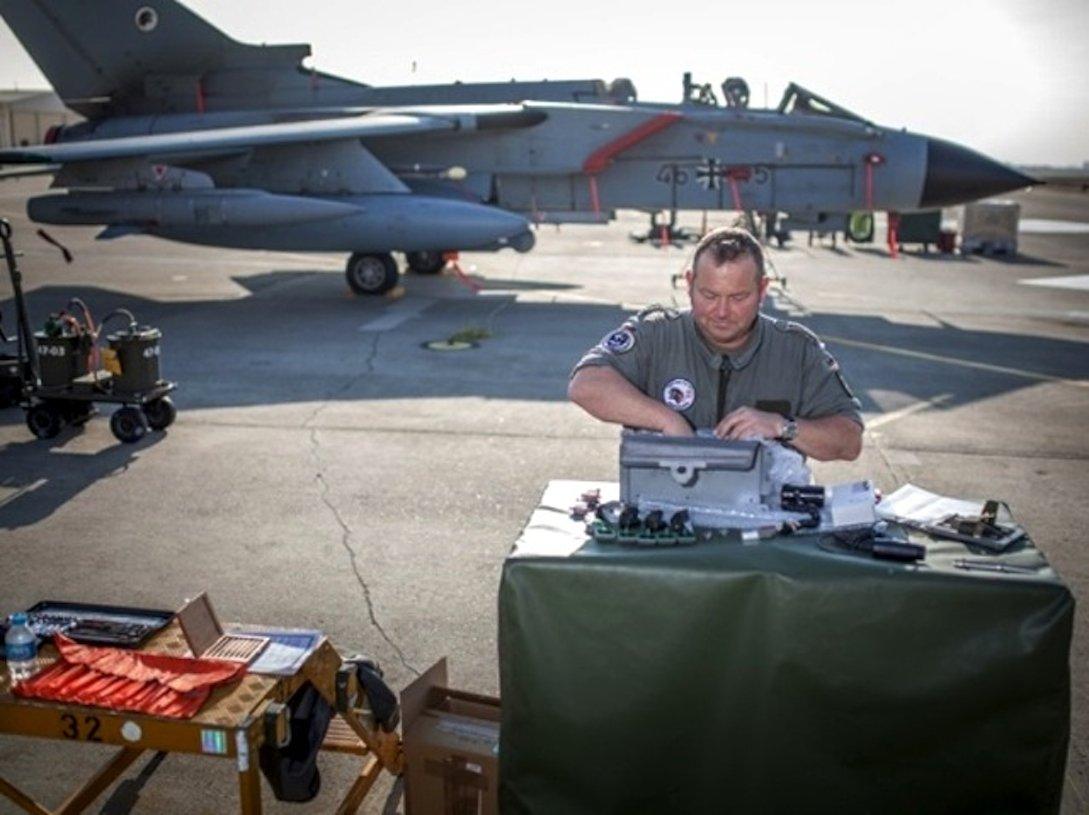 Die Techniker brauchen rund elf Stunden, um die Cockpitbeleuchtung eines Tornados auszutauschen.