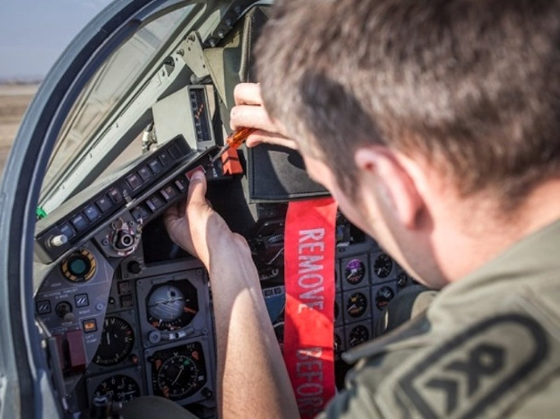 Die gesamte Cockpitbeleuchtung wurde von rot auf grün umgerüstet. Dabei werden die Glühbirnen, LEDs und Tastenbeleuchtungen ausgetauscht.