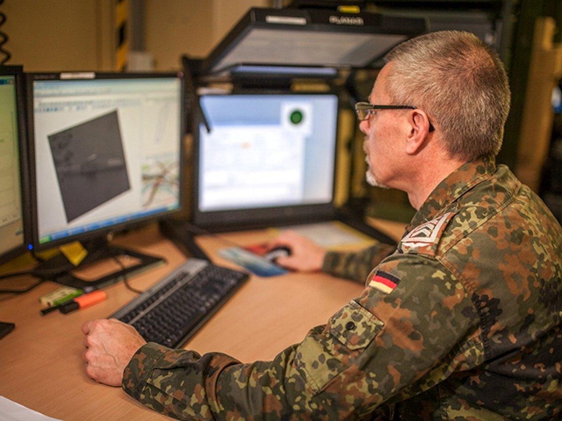 Computer setzen die Einzelbilder, die während der Aufklärungsflüge der Tornados über Syrien aufgenommen werden, zu größeren Bildern zusammen. Diese werden dann von erfahrenen Auswertern analysiert.