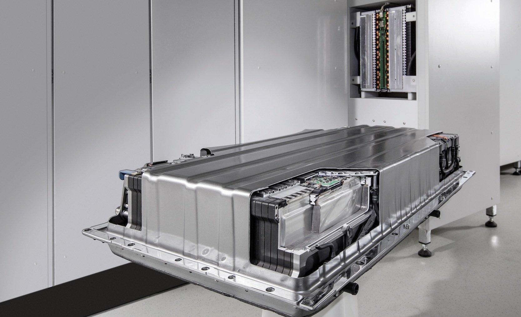 Aus 3000 Autobatterien für den E-Smart bauen Daimler und die Stadtwerke Hannover einen Energiespeicher. Wichtiger Nebeneffekt: Die Akkus erleiden keinen Leistungseinbruch bis zu ihrem Einsatz im Auto.
