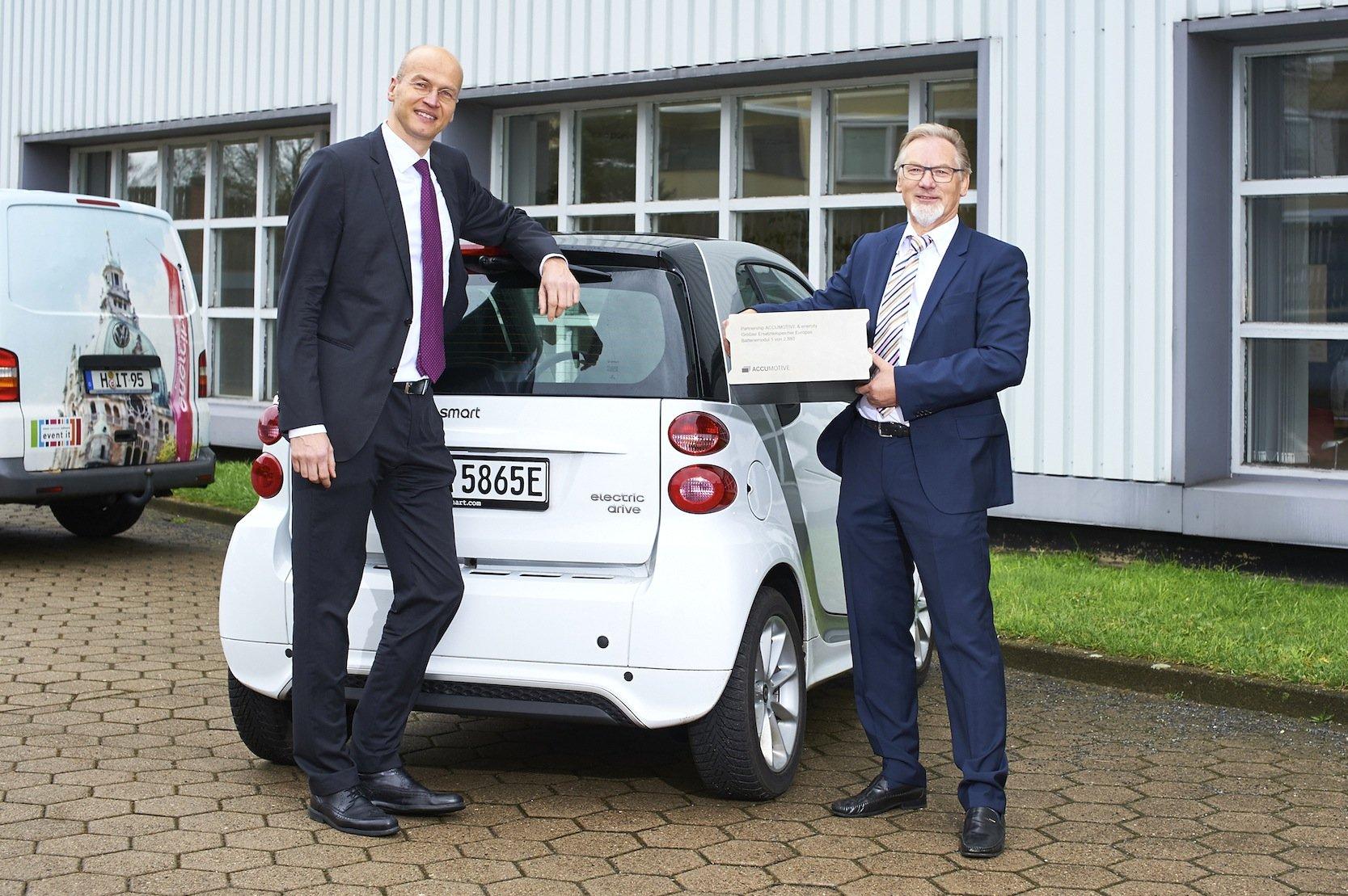 Daimler-Manager Harald Kröger (l.) und der Technische Direktor der Stadtwerke Hannover, Harald Noske, präsentieren die Pläne für einen Stromspeicher aus neuen Akkus für Elektroautos.