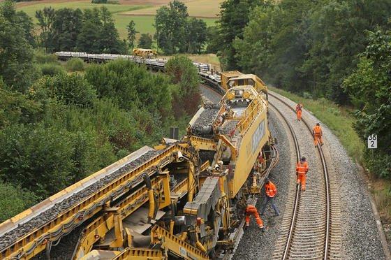 """Der österreichische Gleisbauzug der Herstellerfirma Plasser & Theurer erneuert bis zu zwei Kilometer Strecke an einem Tag. Der Koloss erledigt alles """"aus einer Hand"""" – von den Schwellen bis zum Schotter."""